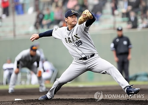 In this file photo from Feb. 20, 2012, Baek Cha-seung of the Orix Buffaloes throws a pitch against the Tokyo Yakult Swallows in an exhibition game at Urasoe Civic Baseball Stadium in Urasoe, Okinawa Prefecture, Japan. (Yonhap)