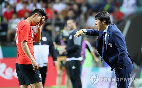 South Korean men's football head coach Shin Tae-yong (R) speaks to his forward Son Heung-min during a friendly match against Bosnia and Herzegovina at Jeonju World Cup Stadium in Jeonju, 240 kilometers south of Seoul, on June 1, 2018. (Yonhap)