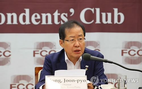 This photo, taken on June 7, 2018, shows Hong Joon-pyo, the chief of the main opposition Liberty Korea Party holding a press conference with foreign correspondents in Seoul. (Yonhap)