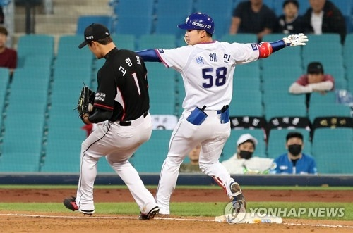 In this file photo from April 20, 2018, Park Hae-min of the Samsung Lions (R) is thrown out at first in the bottom of the third inning of a Korea Baseball Organization regular season game against the KT Wiz at Daegu Samsung Lions Park in Daegu, 300 kilometers southeast of Seoul. (Yonhap)