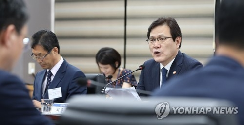 Financial Services Commission Chairman Choi Jong-ku speaks at a kick-off meeting of a review panel on financial competition in Seoul on July 2, 2018. (Yonhap)