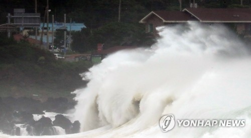 Waves crash on the coast of Seogwipo on South Korea's southern resort island of Jeju on July 3, 2018, as Typhoon Prapiroon approaches the island. (Yonhap)