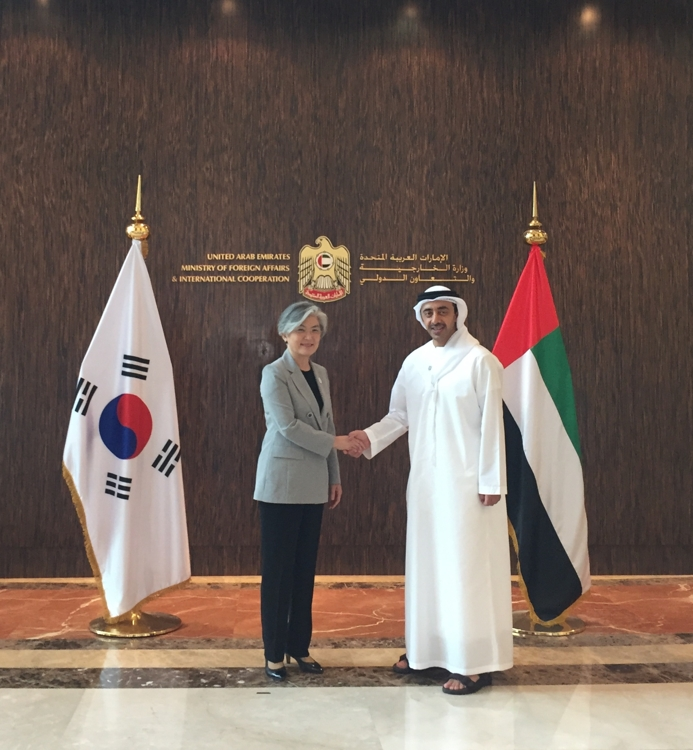 South Korean Foreign Minister Kang Kyung-wha (L) shakes hands with her UAE counterpart Sheikh Abdullah bin Zayed Al Nahyan in Abu Dhabi on July 3, 2018 in this photo provided by Kang's ministry. (Yonhap)