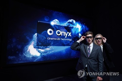 Models pose with Samsung Electronics Co.'s cinema LED solution, Onyx, during CinemaCon 2018 in the United States in this file photo released by the company on April 25, 2018. (Yonhap)