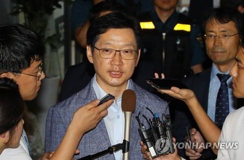 This photo, filed Aug. 7, 2018, shows South Gyeongsang Province Gov. Kim Kyoung-soo leaving the special counsel's office in Gangnam, southern Seoul, after undergoing questioning over his alleged involvement in Druking's opinion rigging scheme. (Yonhap)