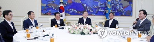 President Moon Jae-in (3rd from R) listens to Prime Minister Lee Nak-yon in a meeting with the five highest national leaders held at the presidential office Cheong Wa Dae on Aug. 10, 2018. They are (from L) National Election Commission Chairman Kwon Soon-il, Constitutional Court Chief Justice Lee Jin-sung, National Assembly Speaker Moon Hee-sang, President Moon, Supreme Court Chief Justice Kim Meong-su and Prime Minister Lee. (Yonhap)