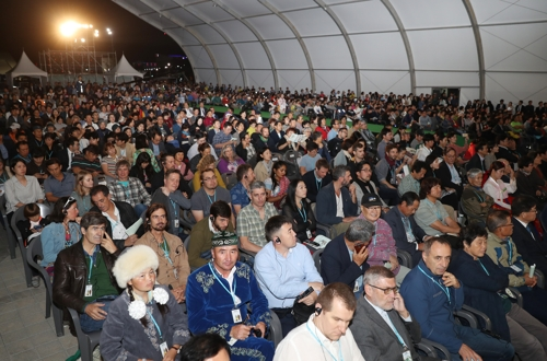 This file photo, dated Sept. 21, 2017, shows visitors attending the opening ceremony of the Ulju Mountain Film Festival in the southeastern town of Ulju. (Yonhap)