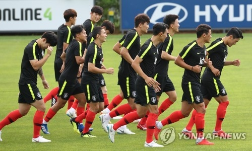 This file photo taken on Aug. 9, 2018, shows South Korea men's national football team players for the Asian Games train at the National Football Center in Paju, north of Seoul. (Yonhap)