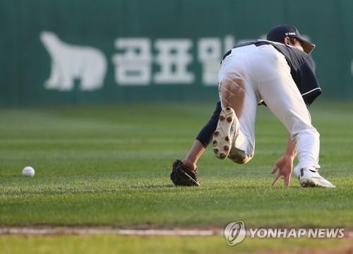Doosan Bears' shortstop Kim Jae-ho drops a pop fly hit by Choi Jeong of the SK Wyverns in the bottom of the eighth inning of Game 5 of the Korean Series at SK Happy Dream Park in Incheon, 40 kilometers west of Seoul, on Nov. 10, 2018. (Yonhap)