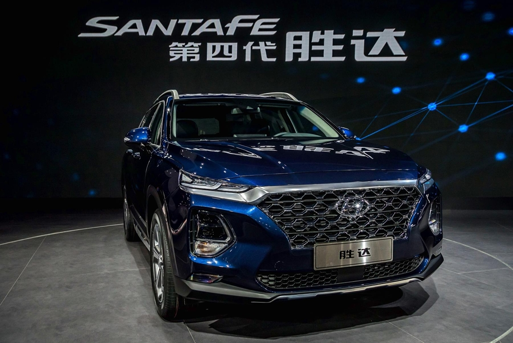 This photo shows Hyundai Motors Co.'s fourth-generation Santa Fe sport utility vehicle (SUV) introduced in China. (Yonhap)