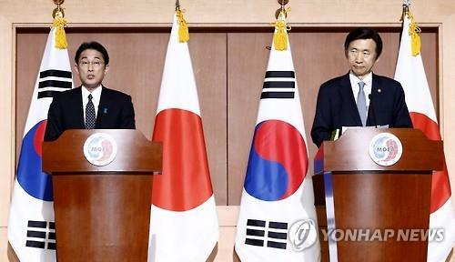 "This photo, taken Dec. 28, 2015, shows then South Korean Foreign Minister Yun Byung-se (R) and Japan's Foreign Minister Fumio Kishida announcing a ""comfort women"" deal in Seoul. (Yonhap)"