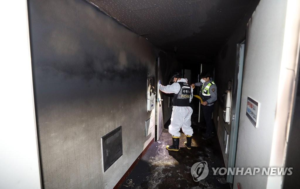 Police officers investigate the scene of a fire at a motel in Yeosu, South Jeolla Province, on Dec. 2, 2018. (Yonhap)