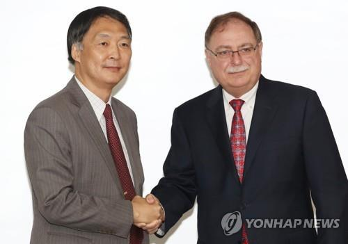 Chang Won-sam, South Korea's top delegate to defense cost talks with the United States, shakes hands with his U.S. counterpart, Timothy Betts, deputy assistant secretary of state for plans, programs and operations, in Seoul on June 26, 2018. (Yonhap)