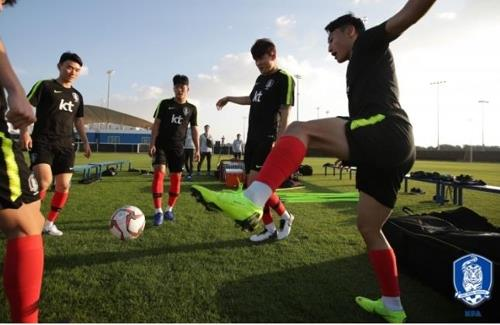 This photo provided by the Korea Football Association (KFA) shows South Korea national football team players training at Sheikh Zayed Stadium in Abu Dhabi on Dec. 23, 2018. (Yonhap)