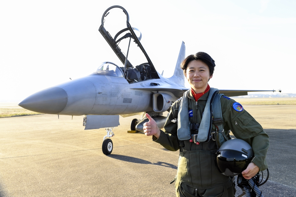 Capt. Jung Da-jung poses for a photo in front of an FA-50 fighter at an Air Force base in Sacheon, 440 kilometers south of Seoul in this photo provided by the Air Force. (Yonhap)