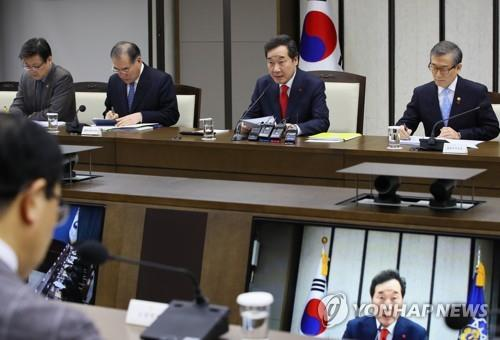 Prime Minister Lee Nak-yon (2nd from R) speaks at a government policy coordination meeting at the Sejong Government Complex on Jan. 10, 2019. (Yonhap)