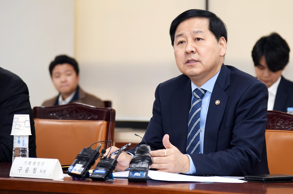 This photo provided by the Ministry of Economy and Finance shows its second vice minister, Koo Yoon-cheol, speaking during a meeting with executives of financial companies at a government building in Seoul on Jan. 14, 2019. (Yonhap)