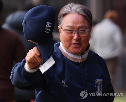 In this file photo from April 6, 2018, Kim Kyung-moon, then manager of the NC Dinos, takes off his cap to the press after the team's Korea Baseball Organization regular season game against the Doosan Bears was canceled at Jamsil Stadium in Seoul. (Yonhap)