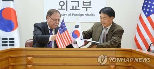 Chang Won-sam (R), South Korea's delegate to defense cost talks with the United States, exchanges a letter of accord with his counterpart Timothy Betts in a signing ceremony in Seoul on Feb. 10, 2019. (Yonhap)