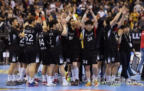 This Reuters file photo from Jan. 15, 2019, shows members of the unified Korean handball team salute the crowd after a 31-29 loss to Serbia at the International Handball Federation (IHF) World Men's Handball Championship at Mercedes-Benz Arena in Berlin. (Yonhap)