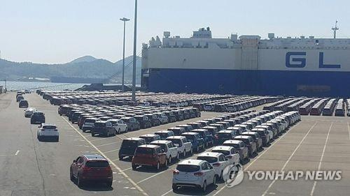 This file photo shows South Korean-made cars waiting to be shipped abroad from a port. (Yonhap)