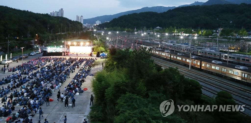 Subway workers hold a rally at a train depot in the southeastern port city of Busan, July 9, 2019. (Yonhap)