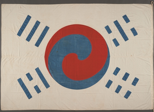This image provided by the National Museum of Korea shows an early version of the national flag Taegeukgi given to Owen Denny, a diplomatic adviser to Joseon King Gojong. (PHOTO NOT FOR SALE) (Yonhap)