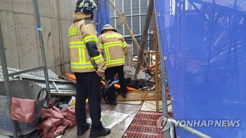(LEAD) Three killed, three hurt in elevator crash at construction site