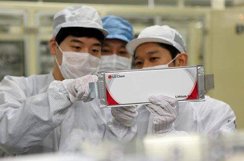 This undated photo provided by LG Chem Ltd. shows the company's researchers inspecting lithium-ion batteries. (PHOTO NOT FOR SALE) (Yonhap)