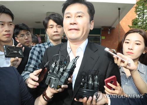 Yang Hyun-suk, former CEO of YG Entertainment, is surrounded by reporters as he leaves the office of the Seoul Metropolitan Police Agency's Intellectual Crime Investigation Team in Seoul, on Aug. 30, 2019, after being questioned about his gambling and pimping charges. (Yonhap)