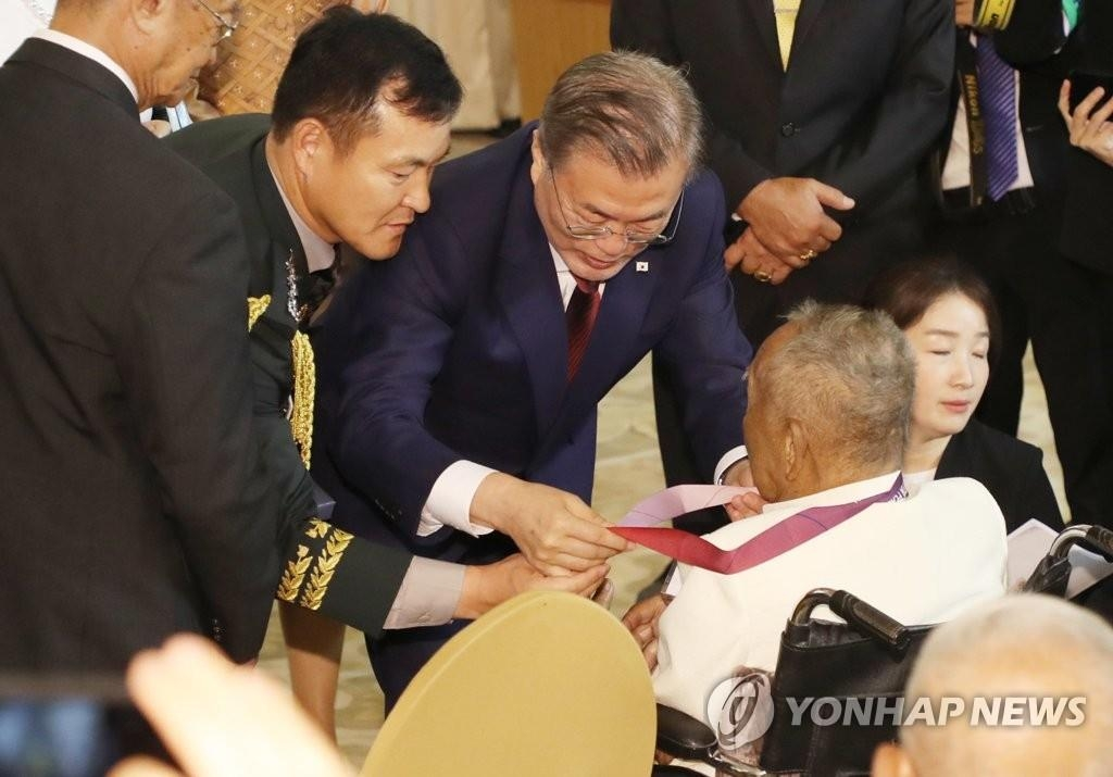 South Korean President Moon Jae-in (C) presents a former Thai soldier with an Apostle of Peace Medal on Sept. 2, 2019, for his service during the Korean War. (Yonhap)