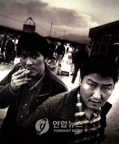 "This undated photo shows a scene from the 2003 South Korean movie ""Memories of Murder."" Actor Song Kang-ho (R) plays detective Park Doo-man in the film about the Hwaseong murder cases. (PHOTO NOT FOR SALE) (Yonhap)"