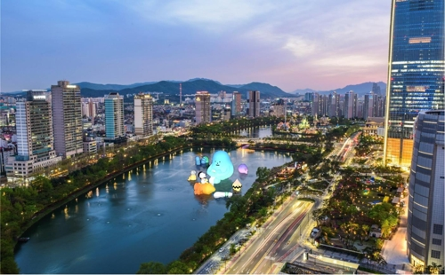 This image provided by Lotte Museum shows a picture of what the Luna Project with Sticky Monster Lab exhibition will look like at Seokchon Lake in southeastern Seoul. (PHOTO NOT FOR SALE) (Yonhap)