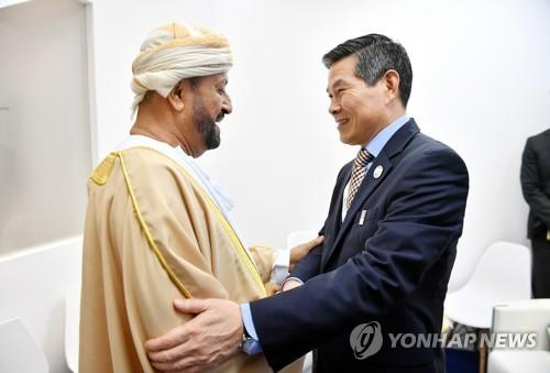 South Korean Defense Minister Jeong Kyeong-doo (R) shakes hands with his Omani counterpart, Sayyid Badr bin Saud, ahead of their bilateral meeting in the United Arab Emirates on Feb. 18, 2019, in this photo provided by the defense ministry. (PHOTO NOT FOR SALE) (Yonhap)