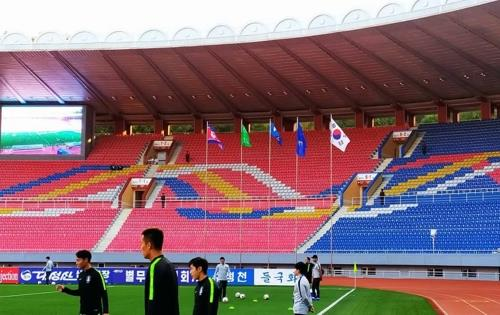 (LEAD) 'Korean Derby' World Cup qualifier in Pyongyang opens with empty seats