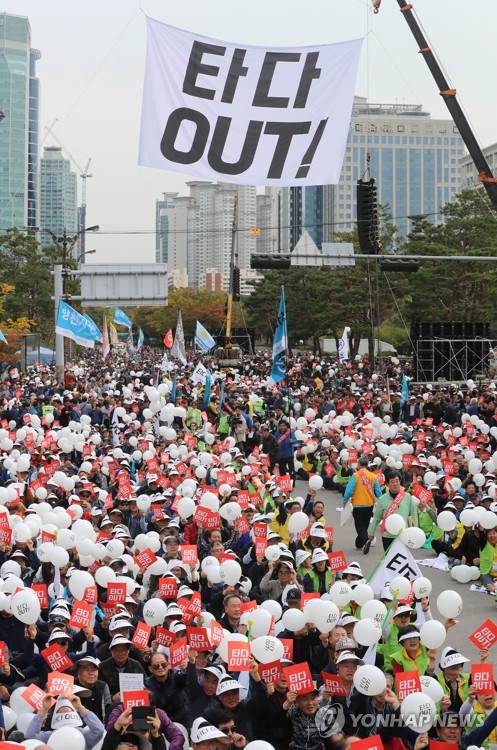 Taxi drivers rally in front of the National Assembly in Seoul on Oct. 23, 2019, to call for the suspension of operations of ride-hailing startup Tada. (Yonhap)