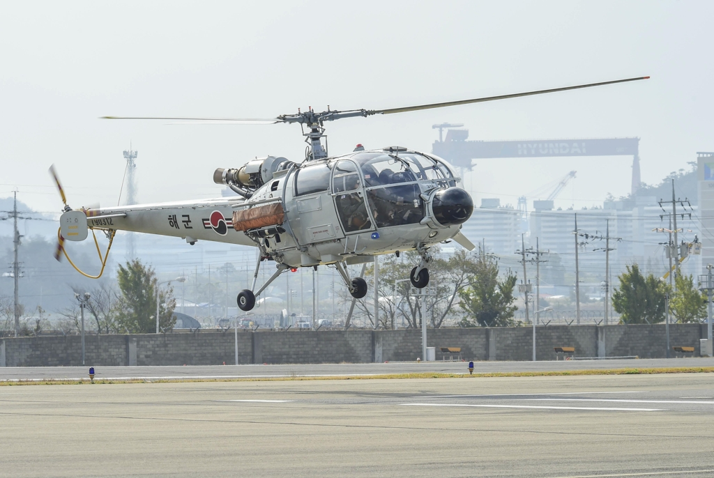 The South Korean Navy's Alouette chopper carries out its last missions on Nov. 7, 2019, in this photo provided by the Navy. (PHOTO NOT FOR SALE) (Yonhap)