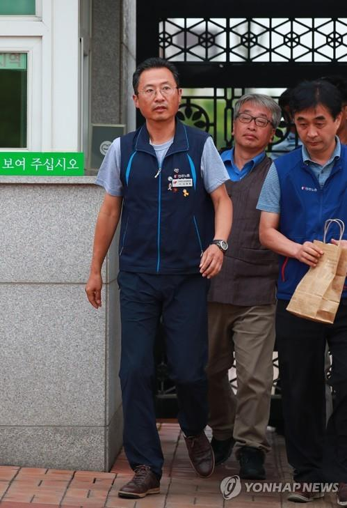 Kim Myeong-hwan (L), leader of the Korean Confederation of Trade Unions, walks out of a detention center in Seoul on June 27, 2019, a week after being arrested on charges of masterminding assaults on police during outdoor rallies. A Seoul court approved Kim's release on a bail of 100 million won (US$86,360). (Yonhap) (END)