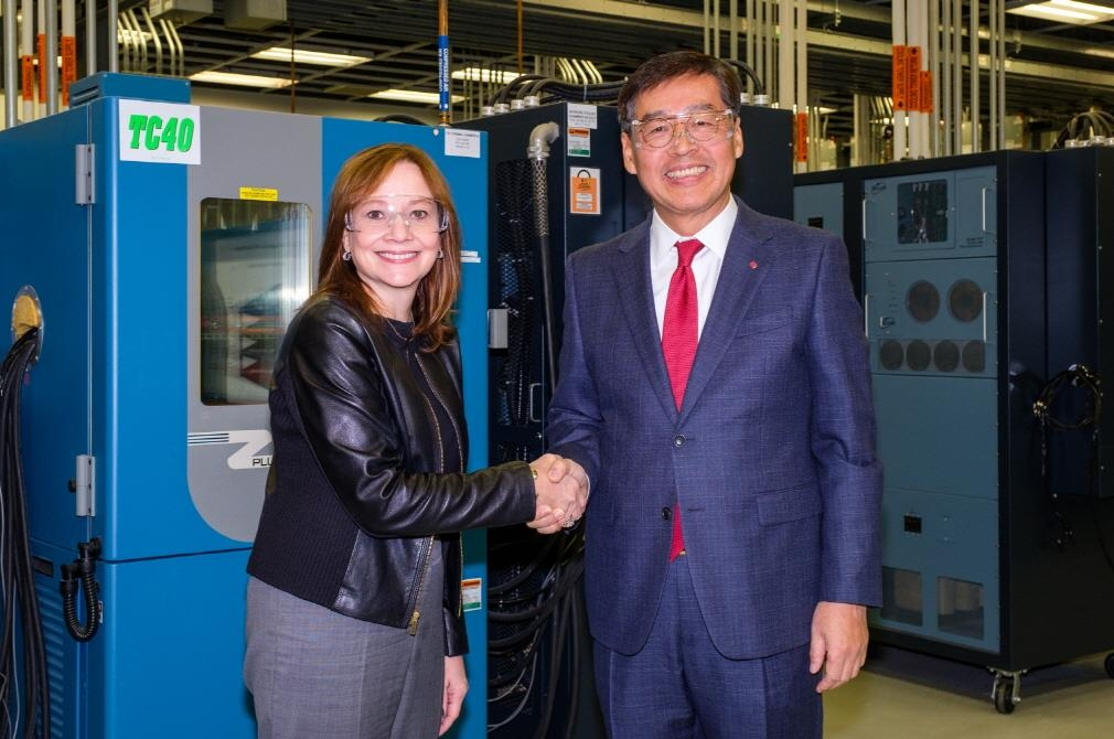 Shin Hak-cheol (R), CEO of LG Chem, shakes hands with GM Chairman and CEO Mary Barra after signing a deal on a joint venture at the GM Global Tech Center in Michigan on Dec. 5, 2019, in this photo provided by LG Chem. (PHOTO NOT FOR SALE) (Yonhap)