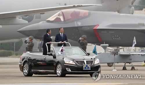 President Moon Jae-in (R) reviews an F-35A stealth fighter during a ceremony to mark the 71st Armed Forces Day at an Air Force base in Daegu, 300 kilometers southeast of Seoul, on Oct. 1, 2019, in this file photo. (Yonhap)