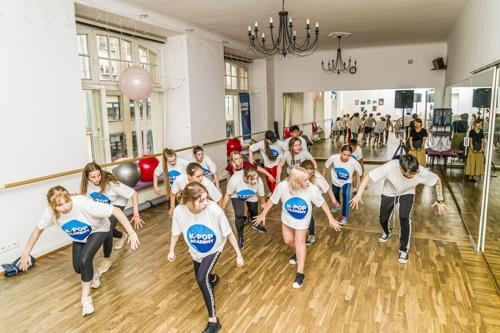 This image, provided by the Ministry of Culture, Sports and Tourism, shows a dance class from the 2019 K-pop Academy run by the Korean Cultural Center in Poland. (PHOTO NOT FOR SALE) (Yonhap)