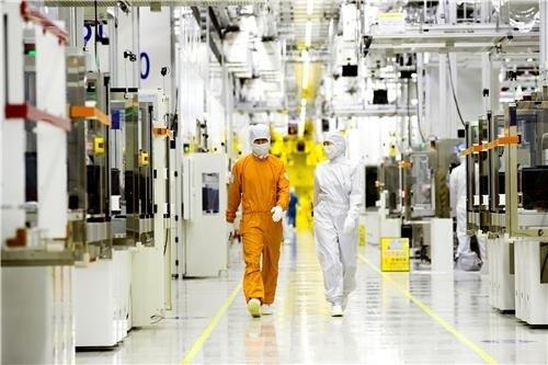 This undated photo provided by Samsung Electronics Co. shows its chip plant. (PHOTO NOT FOR SALE) (Yonhap)