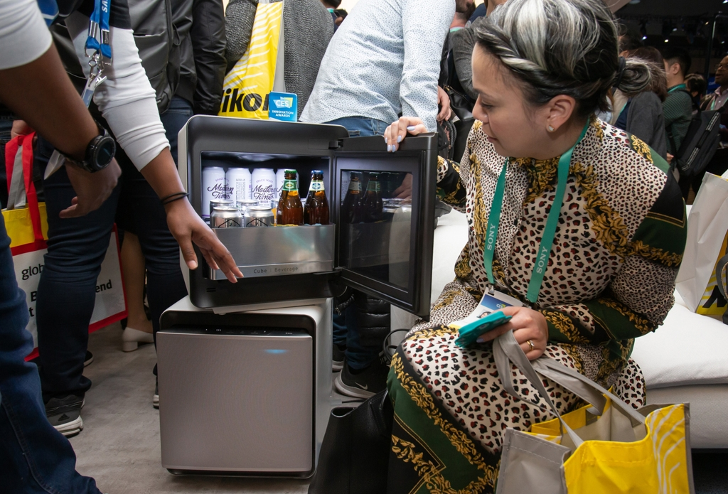 In this photo provided by Samsung Electronics Co. on Jan. 7, 2020, a Consumer Electronics Show (CES) attendee checks out the CUBE mini fridge at Samsung's CES booth at Las Vegas Convention Center in Las Vegas, Nevada. (PHOTO NOT FOR SALE) (Yonhap)