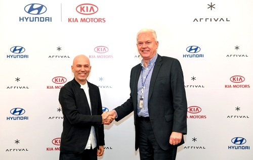Albert Biermann (R), head of the Hyundai Moto Group's R&D division, shakes hands with Arrival CEO Denis Sverdlov after signing a deal for the group's investment in the British company at the group's headquarters in Seoul on Jan. 16, 2020, in this photo provided by Hyundai. (PHOTO NOT FOR SALE) (Yonhap)