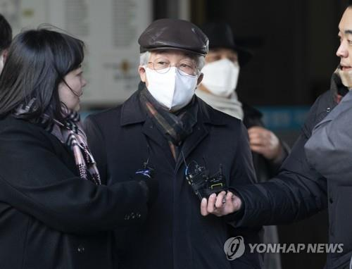 Park Dong-hoon, former chief executive of AVK, is approached by reporters at the Seoul Central District Court in southern Seoul on Feb. 6, 2020, after he received a two-year prison sentence from the court on charges of manipulating emissions tests for imported vehicles. (Yonhap)