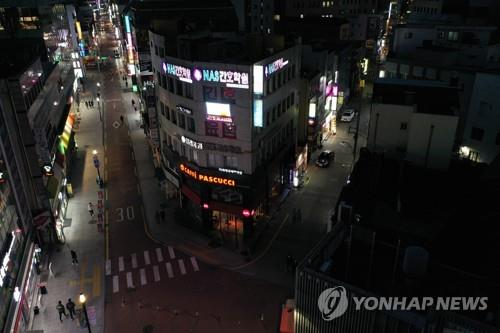 This photo, taken on Feb. 24, 2020, shows that Dongsung-ro, a major shopping thoroughfare in Daegu, 300 kilometers southeast of Seoul, is almost entirely empty of pedestrians, with many shops shuttered, as people in the city stay at home due to concerns over the novel coronavirus. (Yonhap)