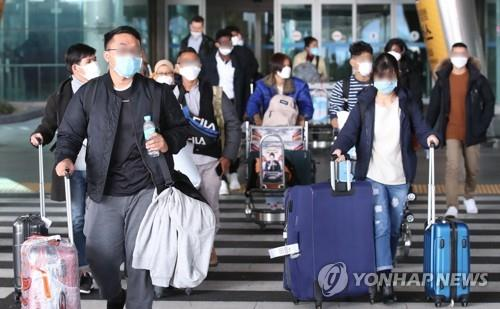 This file photo shows Chinese students enrolled in South Korean universities arriving at Incheon International Airport, west of Seoul, on Feb. 24, 2020, ahead of the start of the spring semester. (Yonhap)