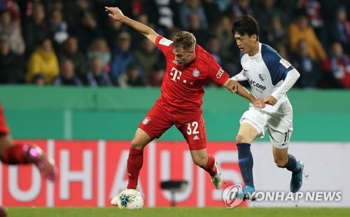 In this EPA file photo from Oct. 29, 2019, Lee Chung-yong of VfL Bochum (R) is in action against Joshua Kimmich of FC Bayern Munich during the teams' second round match at the German DFB Cup at Ruhrstadion in Bochum, Germany. (Yonhap)