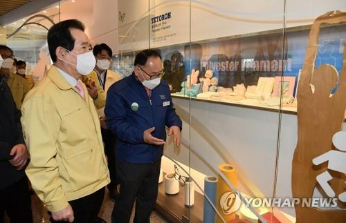 Prime Minister Chung Sye-kyun (L) visits a producer of mask raw materials in Gumi, North Gyeongsang Province, on March 3, 2020, in this photo provided by his office. (PHOTO NOT FOR SALE) (Yonhap)