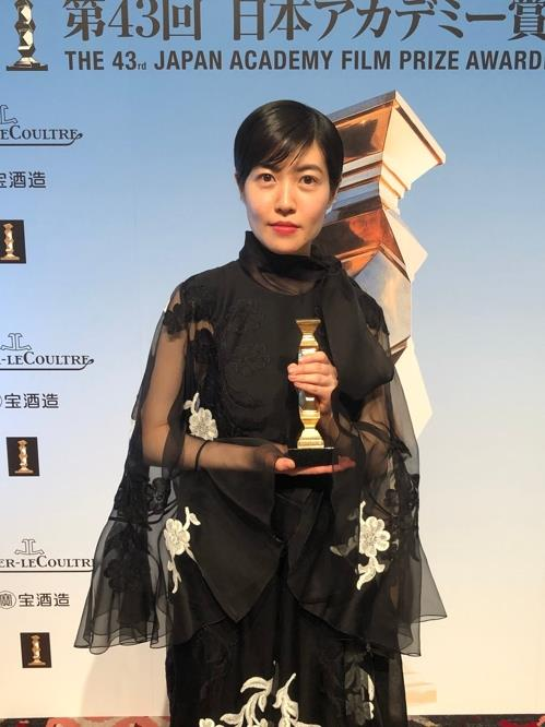 "In this photo captured from the Twitter account of the Japan Academy Film Prize Awards, South Korean actress Shim Eun-kyung poses after winning best actress for her performance in ""The Journalist"" at the 43rd Japan Academy Film Prize Awards held in Tokyo on March 6, 2020. (PHOTO NOT FOR SALE) (Yonhap)"